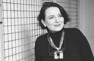 Con seis libros publicados, Eva Illouz se ha convertido en una pensadora imprescindible para comprender el poderoso influjo de la cultura popular en nuestras vidas cotidianas.