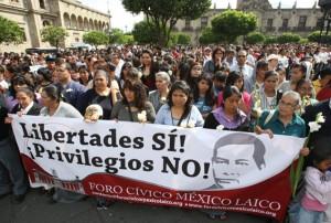 Diversas organizaciones que integran el Foro Cívico México Laico se concentran en contra de la reforma al artículo 24 constitucional